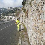Minori Taglio, spazzamento e pulizia nel tratto di strada che collega Minori con Maiori 2