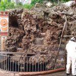 Supporto di pulizia erbacce presso la fontana in Villa Comunale